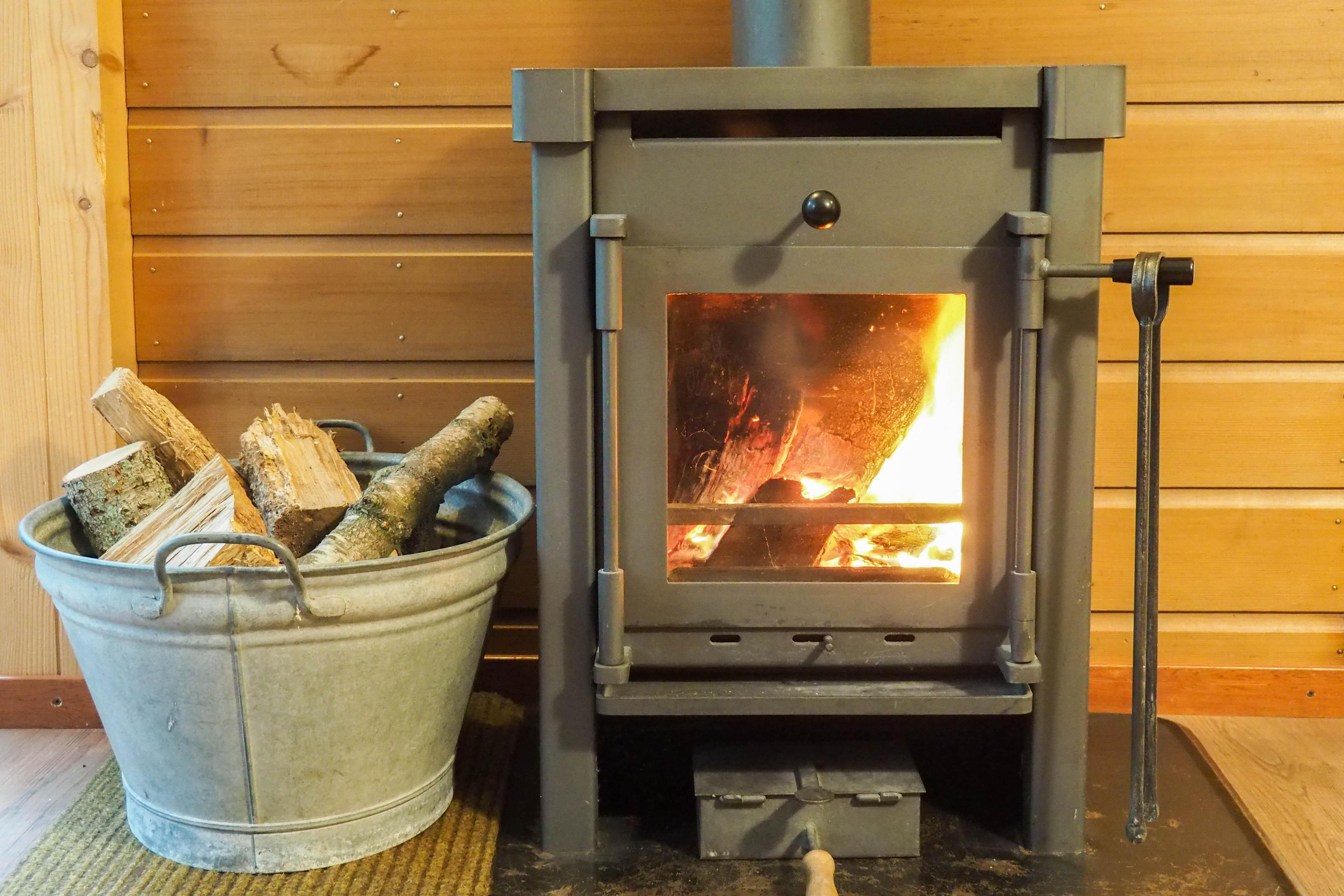 33-Gezellig brandende houtkachel.