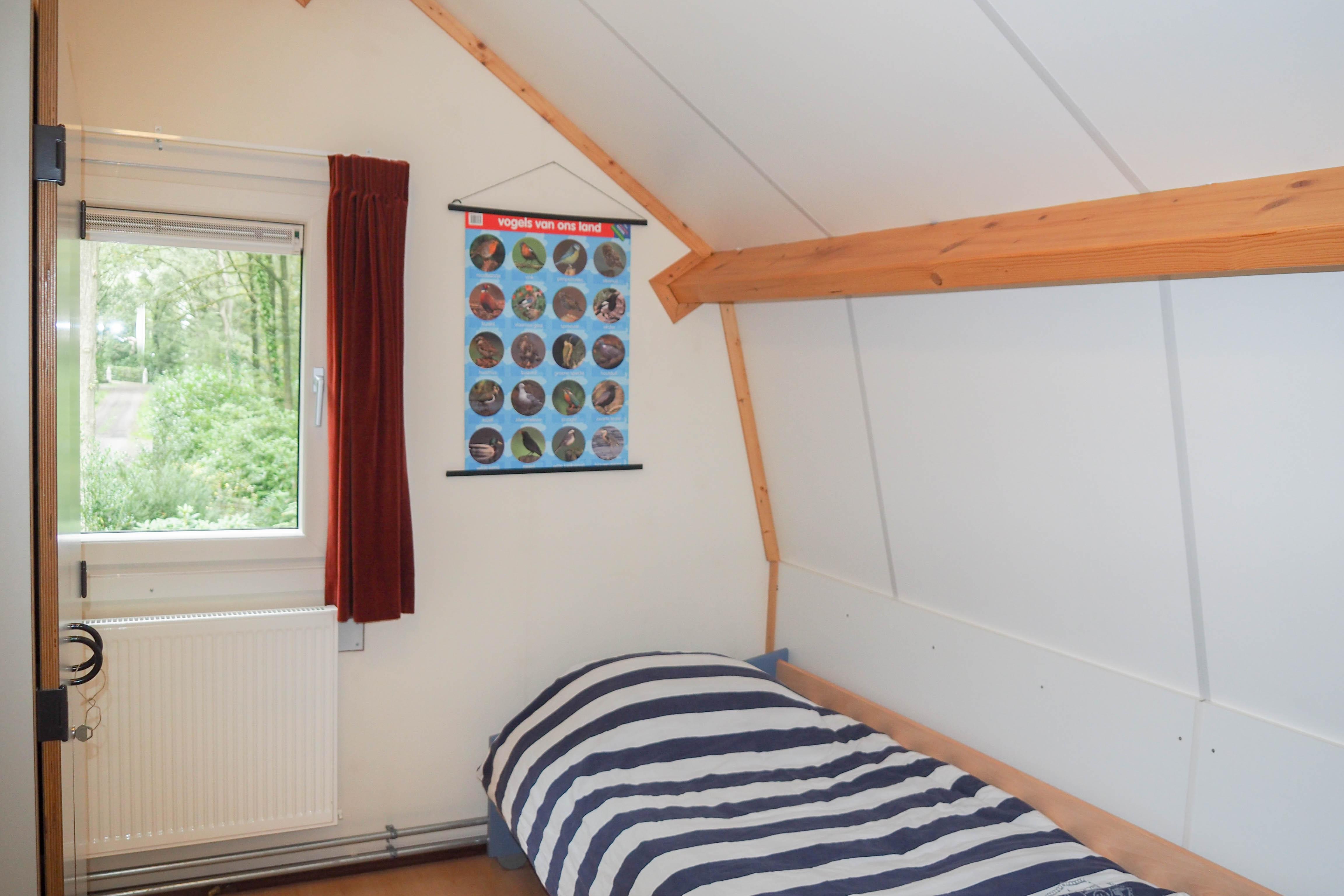 22-Slaapkamer 2 met éénpersoonsbed op de bovenverdieping.