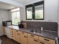 14-De keuken met uitgebreid keukengerei.