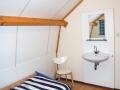 23-Slaapkamer 2 met wastafel op de bovenverdieping.